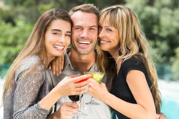 Szczęśliwy człowiek z pięknymi koleżankami podczas imprezy