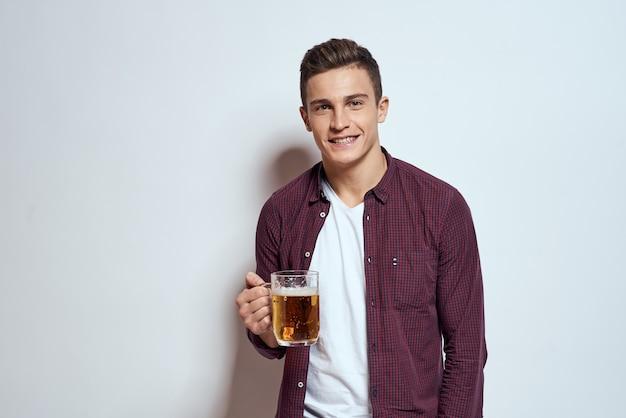 Szczęśliwy człowiek z piwem w dłoniach