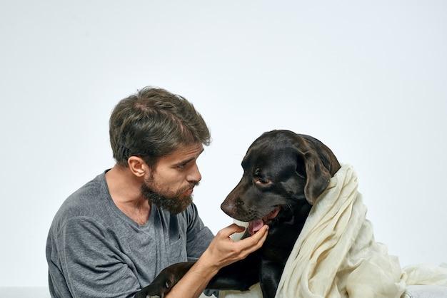 Szczęśliwy człowiek z psem i lekką tkaniną zabawny szalik przyjaciół zwierzątko. wysokiej jakości zdjęcie