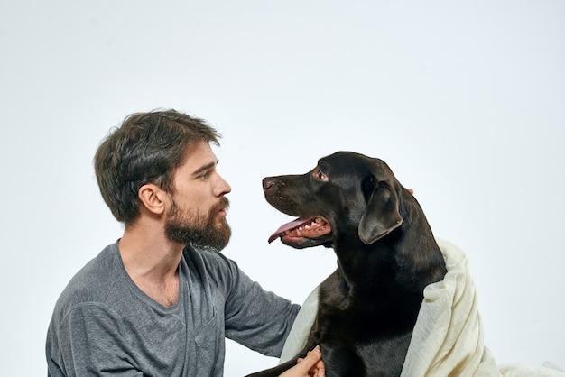 Szczęśliwy człowiek z psem i lekką tkaniną zabawny szalik przyjaciół zwierzątko.