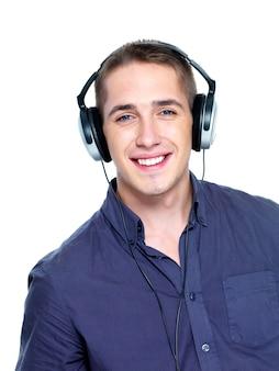 Szczęśliwy człowiek z słuchawkami na białym tle