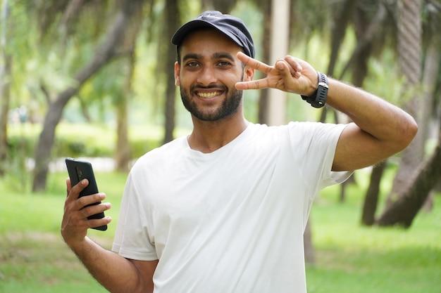 Szczęśliwy człowiek z telefonem komórkowym