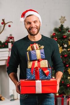 Szczęśliwy człowiek z wieloma prezentami