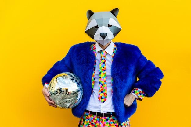 Szczęśliwy człowiek z zabawną maską low poly na kolorowej ścianie