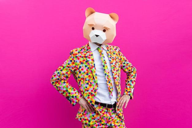 Szczęśliwy człowiek z zabawną maską low poly na kolorowym tle