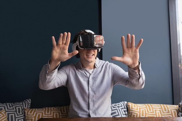Szczęśliwy człowiek za pomocą zestawu słuchawkowego wirtualnej rzeczywistości
