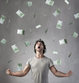 Szczęśliwy człowiek zarabiający wiele euro
