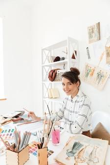 Szczęśliwy damy mody ilustratora rysunek