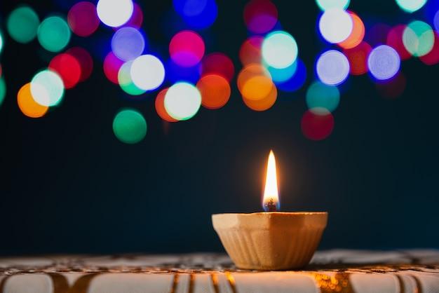 Szczęśliwy diwali - gliniane diya lampy zaświecający podczas dipavali, hinduski festiwal świateł świętowanie.