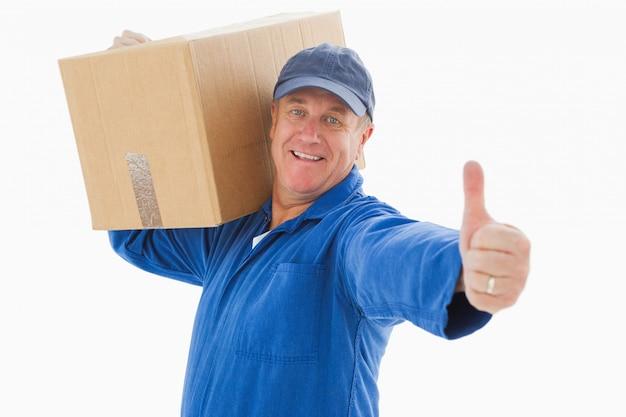 Szczęśliwy doręczeniowego mężczyzna mienia karton