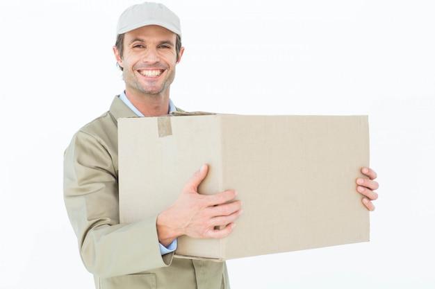Szczęśliwy doręczeniowego mężczyzna przewożenia karton