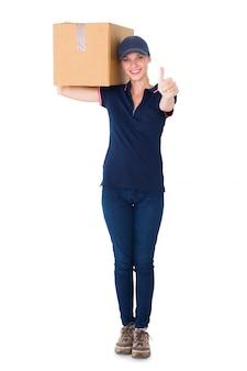 Szczęśliwy doręczeniowy kobiety mienia karton