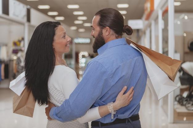 Szczęśliwy dorośleć para zakupy przy centrum handlowym