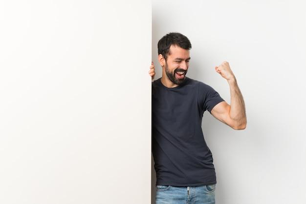Szczęśliwy dorosły człowiek posiadający duży pusty afisz