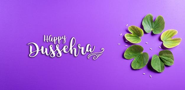 Szczęśliwy dusera z zielonymi liśćmi na fioletowej powierzchni