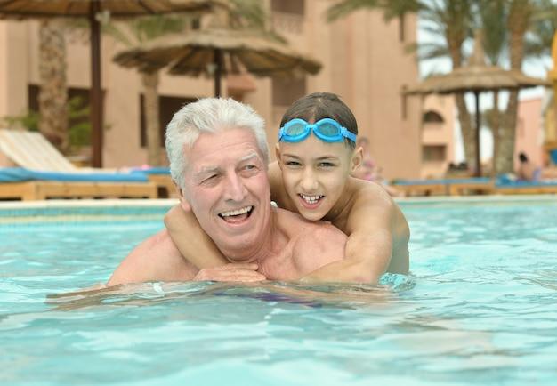 Szczęśliwy dziadek i wnuk w basenie