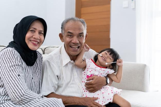 Szczęśliwy dziadek z wnuczką