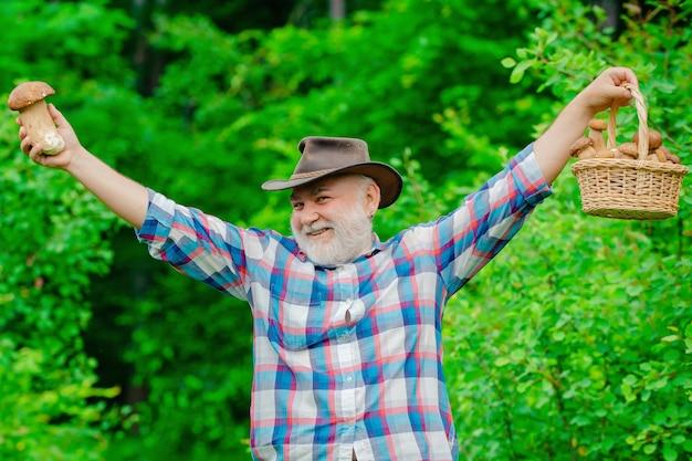 Szczęśliwy dziadek zbieranie grzybów