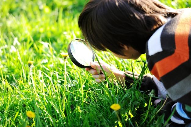 Szczęśliwy dzieciak cieszy się pogodnego późne lato i jesień dzień w naturze na zielonej trawie