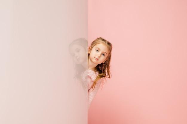 Szczęśliwy dzieciak, dziewczyna na białym tle na koralowy róż