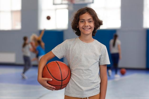 Szczęśliwy dzieciak korzystający z zajęć na siłowni