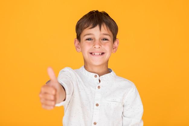 Szczęśliwy dzieciak pokazujący podobny znak