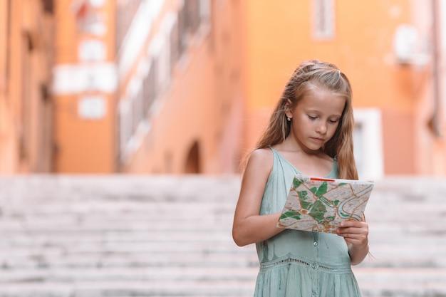 Szczęśliwy dzieciak toodler cieszy się włoskimi wakacjami w europie,
