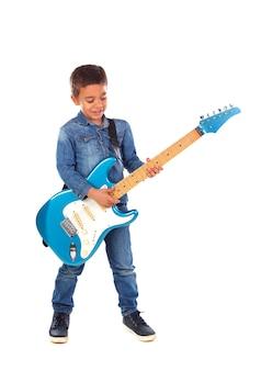 Szczęśliwy dziecko bawić się elektryczną błękitną gitarę