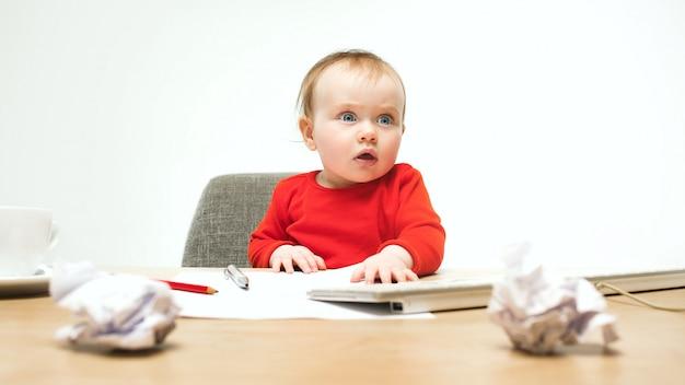 Szczęśliwy dziecko dziewczynki berbecia obsiadanie z klawiaturą odizolowywającą komputer
