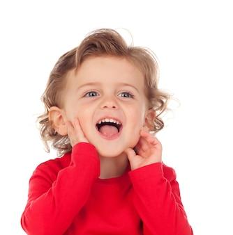 Szczęśliwy dziecko jest ubranym czerwoną koszulkę