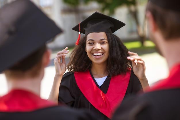 Szczęśliwy dzień. absolwenci szkół wyższych czują się szczęśliwi i ładnie się uśmiechają