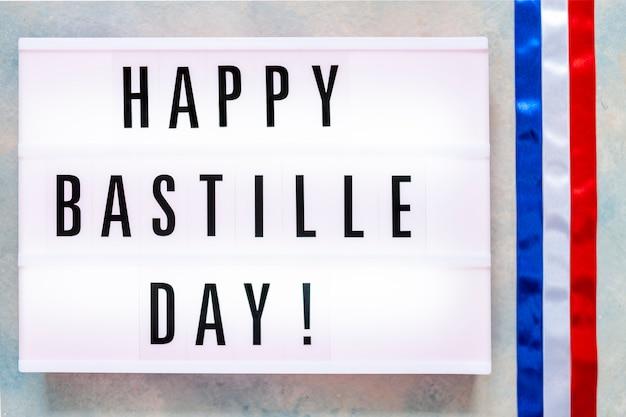 Szczęśliwy dzień bastylii napisany w lekkim pudełku. koncepcja 14 lipca