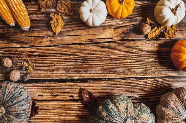 Szczęśliwy dzień dziękczynienia z dynią i nakrętką na drewnianym stole