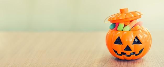 Szczęśliwy dzień halloween. słodki cukierek dla dziecka i na imprezę.