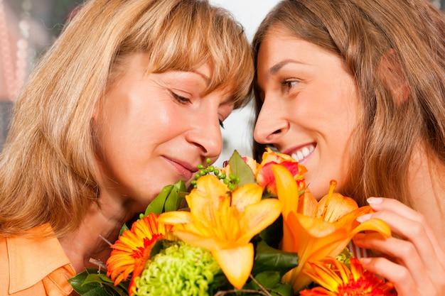 Szczęśliwy dzień matki - kwiaty i kobiety