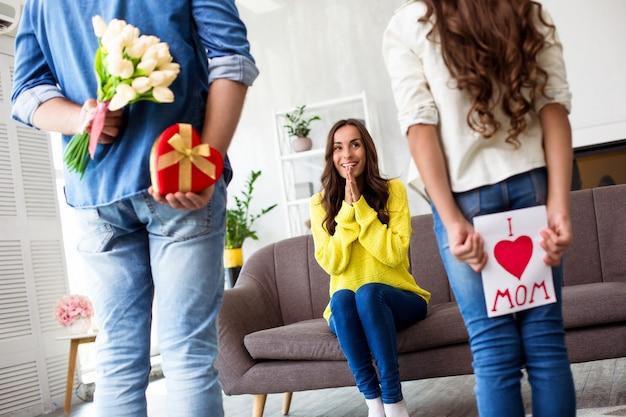 Szczęśliwy dzień matki lub dzień kobiet. podekscytowana i urocza rodzina świętująca dzień kobiet. mąż przygotował dla żony niespodziankę