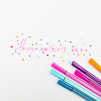 Szczęśliwy dzień matki napis z filcowymi piórami na stole