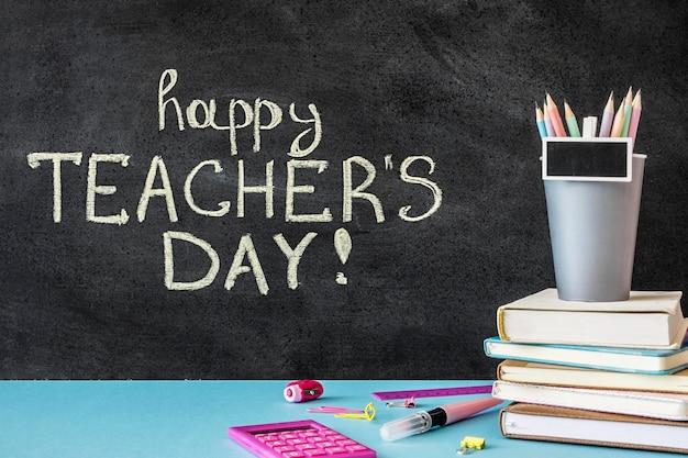Szczęśliwy dzień nauczyciela napisany na tablicy