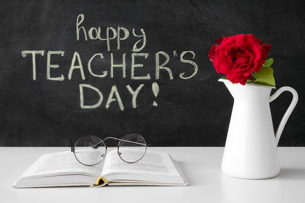 Szczęśliwy dzień nauczyciela z kwiatami i książką