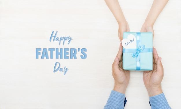 Szczęśliwy dzień ojca kartka z życzeniami prezent w rękach córki i ojca
