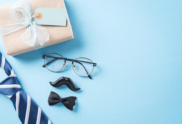 Szczęśliwy dzień ojca koncepcja z niebieskim krawatem