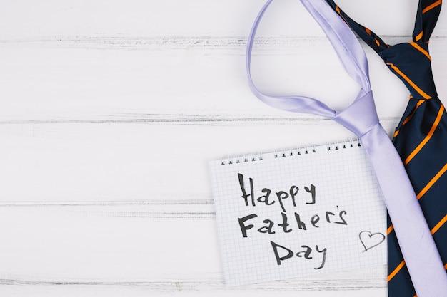Szczęśliwy dzień ojców tytuł na papierze w pobliżu krawaty