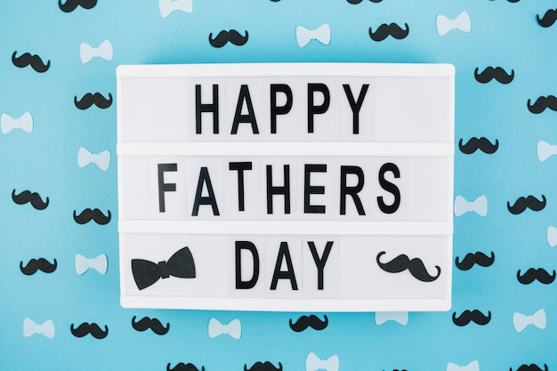 Szczęśliwy dzień ojców tytuł na tablecie między dekoracje