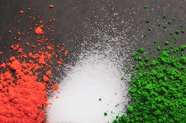 Szczęśliwy dzień republiki indii, trójkolorową flagą na białym tle