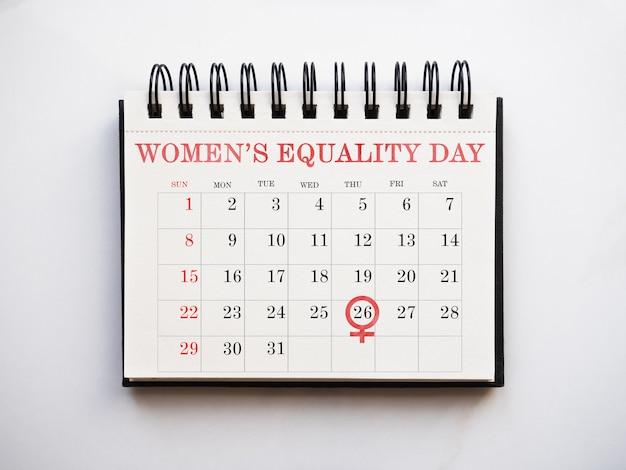 Szczęśliwy dzień równości kobiet. pusta strona na wiadomość gratulacyjną. zbliżenie, widok z góry. żadnych ludzi. koncepcja przygotowania do wakacji. gratulacje dla krewnych, przyjaciół i współpracowników