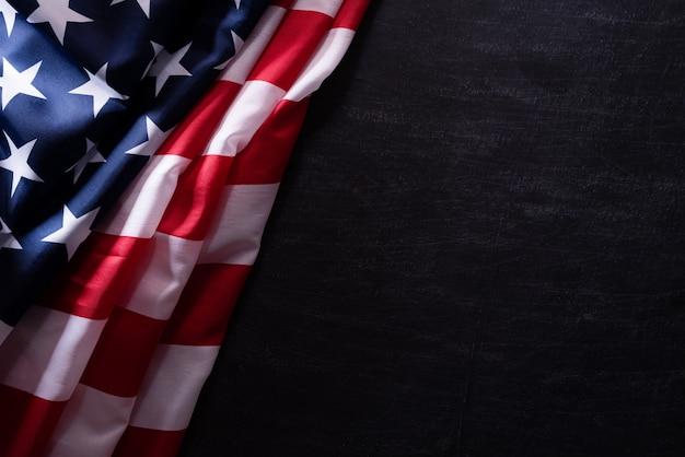 Szczęśliwy dzień weteranów. flaga amerykańskie weterani na tle tablicy.