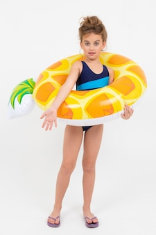 Szczęśliwy dziewczyny dziecko na wakacje morzem z dopłynięcie okręgami odizolowywającymi na bielu