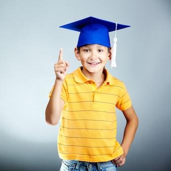 Szczęśliwy elementarne student z pomysłem