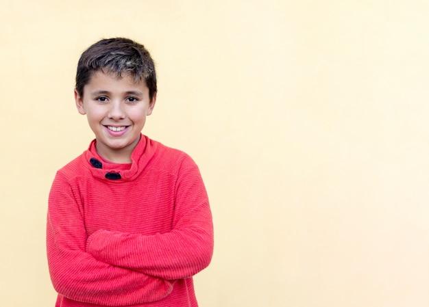 Szczęśliwy facet z czerwoną koszulką