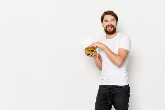 Szczęśliwy facet z hamburgerem w pudełku